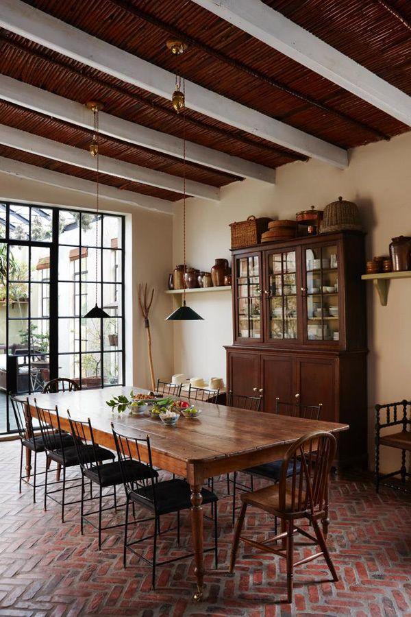 На кухне установлен большой обеденный стол на 12 мест. .