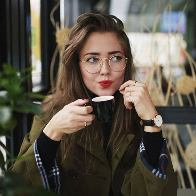 It's coffee-time ☕️😊 What do you need to start your day right? #eyewear #eyewearfashion #glasses #brille #coffee #morning #optic #beauty #coffeetime
