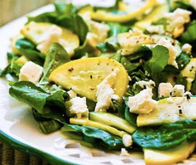 Салат с маринованными цукини, рукколой и фетой