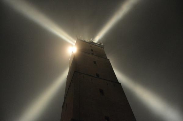 Brandaris, vuurtoren op Terschelling bij nacht met motregen