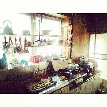 昭和な年季の入った台所。 なかなかこの味は出せないですね。いい雰囲気です。