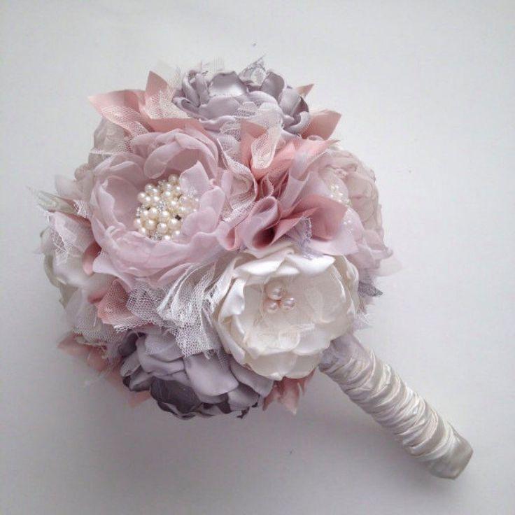 1 grande mazzo, basato su questo bouquet di qui: https://www.etsy.com/listing/257200698 Modifiche: fiori in pallido rosa cipria, lavanda, crema e argento. Riempitivi in viola pallido e blush con crema tulles e lacci. $130  2 mazzi medi basati su questo bouquet di qui: https://www.etsy.com/listing/257200698 Modifiche: fiori in pallido rosa cipria, lavanda, crema e argento. Riempitivi in viola pallido e blush con crema tulles e lacci. $80 ciascuno o $160  5 boutonnieres…