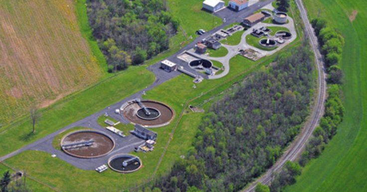 Salarios iniciales para ingenieros ambientales. Los ingenieros ambientales combinan los principios de la ingeniería, la biología y la química para resolver los problemas ambientales. Desarrollan soluciones para el control del agua, el suelo y la contaminación del aire, y para mejorar el reciclaje y la eliminación de los residuos. La Oficina de Estadísticas Laborales de Estados Unidos (del ...