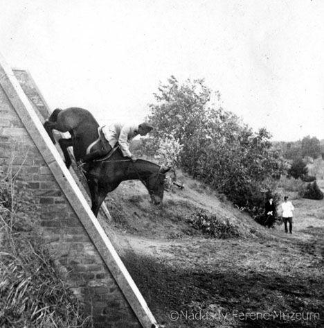 1930-ban a Pest megyei Örkénytáborban teljesen felszerelt, gyakorlópályákkal, istállókkal, vágta- és akadálypályákkal, valamint a híres csúsztatóval ellátott, 90 hektár nagyságú terület állt rendelkezésre a tiszti lovas továbbképzésre. A lovas válogatott keret edzőtábora szintén itt volt. A két világháború között gyakran szerepelt az örkénytábori csúszda, melyen csak komoly tudás birtokában volt képes ló és lovasa sérülésmentesen lejönni.