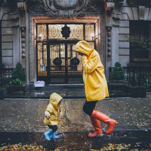Immagine di mom, rain, and cute