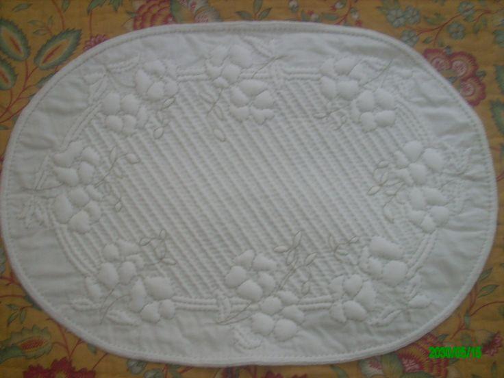 """napperon Ovale Blanc en Boutis provençal """" Les Pensées"""" : Textiles et tapis par nanou13"""