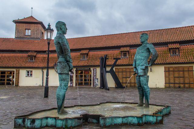 Dos hombre orinando sobre el mapa de la República Checa, ¿qué puede ser más irreverente?