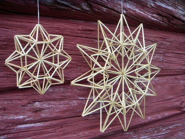 Olkitähdet on valmistettu himmelitekniikalla. Pienen tähden halkaisija on 16 cm ja ison tähden 34 cm.