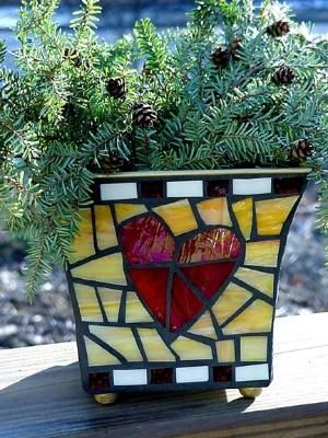 great color combo on this mosaic planter by patsy
