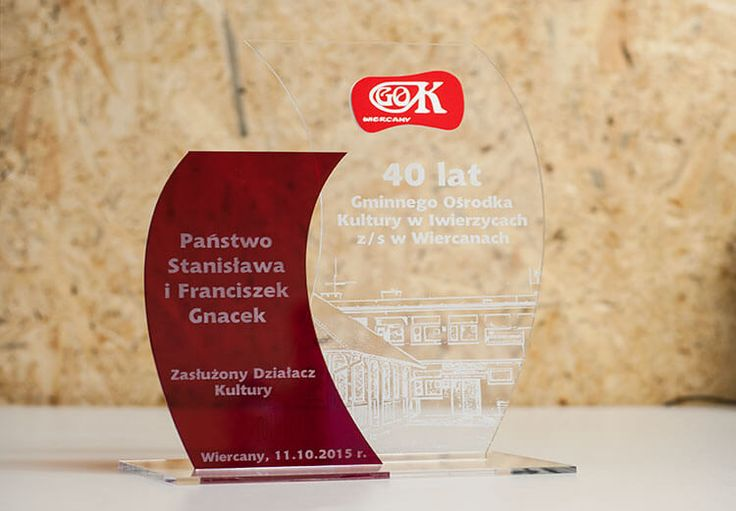 Niebanalna statuetka na jubileusz 40 lat Gminnego Ośrodka Kultury w Iwierzycach wykonana z pleksi przezroczystej i pleksi czerwonej transparentnej.