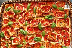 Blätterteig - Tomaten - Quadrate, ein gutes Rezept aus der Kategorie Kalt. Bewertungen: 982. Durchschnitt: Ø 4,6.