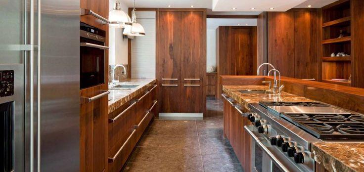 Maatwerk landelijk klassieke keuken - spoel en kook eiland - kasten tot plafond - Viking fornuis Viking grepen doorgezet in rest van de keuken - Marmeren aanrechtbladen (Labrador Brun) - The Living Kitchen by Paul van de Kooi