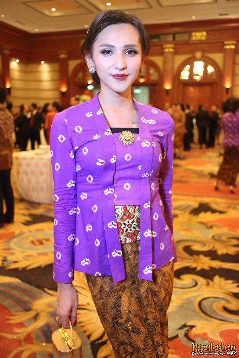 Dena Rachman menjadi pusat perhatian lantaran berpenampilan sangat cantik. Ini dia gayanya saat mengenakan kebaya tradisional.