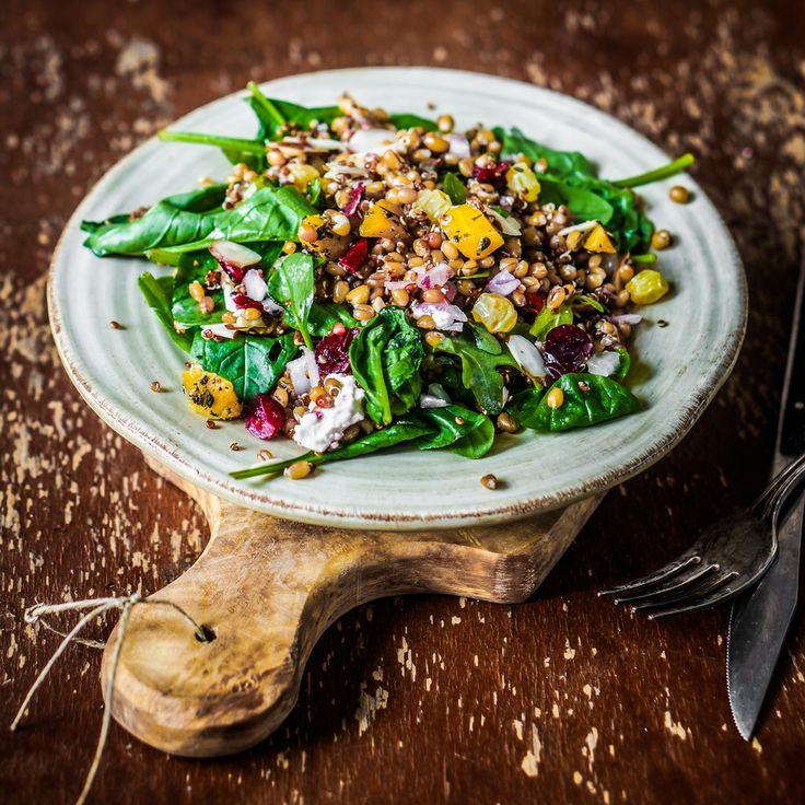 Si buscas comer saludable y rico, esta es la perfecta opción. Esta ensalada combina la quinoa con la espinaca, pimiento morrón y un aderezo de limón y jengibre. Es muy fácil de hacer es ideal para la comida o la cena.