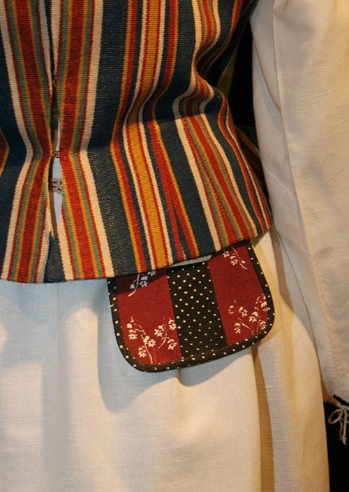Suomessa on yli 400 erilaista kansallispukumallia mukaan lukien länsisuomalaiset, karjalaiset ja suomenruotsalaiset puvut. Pukukokonaisuuksista yli 90 on koottu Suomen kansallispukuneuvoston toimesta viimeisen kahdenkymmenen vuoden aikana. Niistä 72 on naisten pukuja ja 25 miesten pukuja. Oulu (Finland)