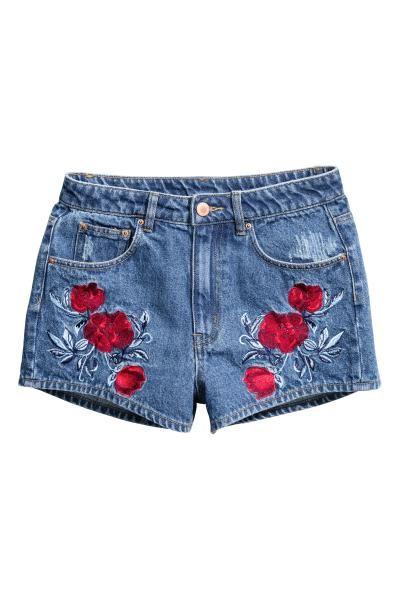 Pantalón vaquero corto: H&M LOVES COACHELLA. Pantalón corto de cinco bolsillos en denim lavado con detalles desgastados, bordado decorativo delante y talle alto.