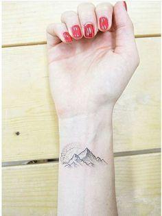 Mount Mountain Tattoo Ich denke, dieses hat einen Kompass, der über den Bergen ist.
