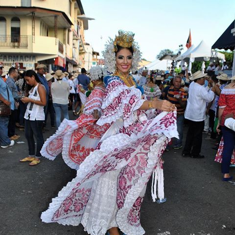 Galería Desfile de las Mil Polleras. #visitpanama #panamá #trip #travel #picture #travelgram #travelers #destiny #vacation #awesome #mipanama #instalike #bbctravel #atp #tourism #tourist #visit #herrera #chitre #tradicion #folclor #milpolleras #azuero #amorporlapollera #encajevalenciennes #tembleques #joyero #lujo #pollera 🇵🇦