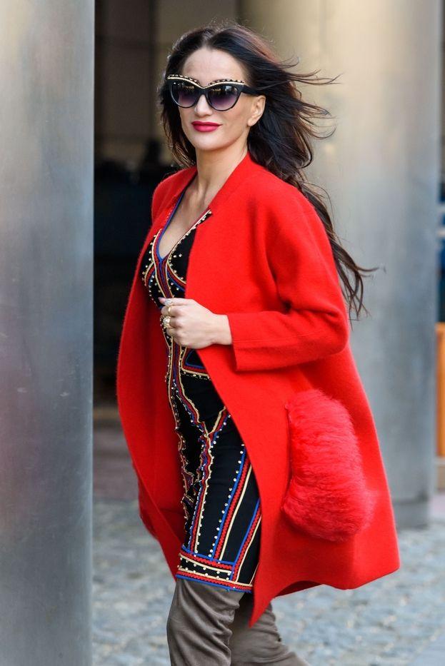 Steczkowska w czerwonym płaszczu pod TVN-em