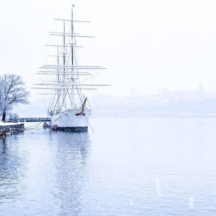 #Stockholm en hiver  La capitale de la #Suède est d'ailleurs ma ville préférée   Une cité bâtie sur un grand lac appelé : lac Mälaren. Les eaux sont si pures que l'on peut s'y baigner en toute sécurité et pêcher le saumon et des poissons d'eau douce   La ville est construite sur 14 îles où l'on trouve un grand nombre de parcs, de bois et de plages. L'eau y est omniprésente   Le saviez-vous ? Le bateau sur la photo est en fait... une auberge de jeunesse ! Et j'y ai déjà dormi dedans ⛵