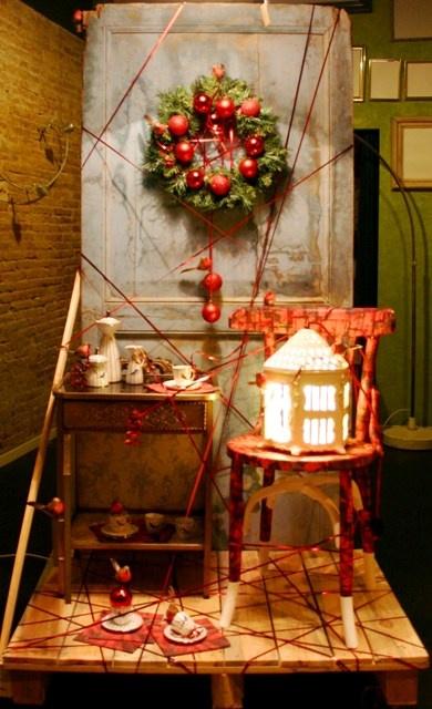 Aquest Nadal hem volgut fer un aparador vermell i ple de vida. Volíem mostrar la varietat de possibilitats que oferim: customització, restauració, il·luminació, decoració, aparadorisme, reciclatge… i embolicar-ho tot com a regal.