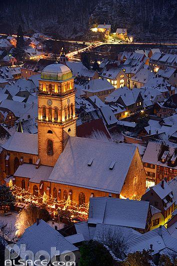 Photo : Village de Kaysersberg la nuit et sous la neige pendant le marché de Noël, Haut-Rhin (68)