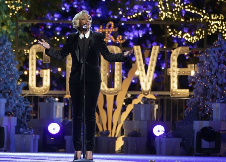 Mary J. Blige turns on the lights with a festive performance at the Grove's Tree Lighting Spectacular on Nov. 17 in Los Angeles: Blige Turning, Annual Christmas, The Angel, Angel Shops, Lights Events, Grove Trees, Celebrity Makeup, Trees Lights, Christmas Trees