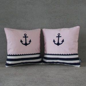 Kolekcja poduszek Baby Girl Marine to idealna propozycja dla miłośników marynistycznego stylu, stworzona z myślą o dziewczynkach. Indywidualne łączenie produktów z serii Baby Girl Marine, pozwoli na zestawienie poszczególnych elementów w niepowtarzalną, dekoracyjną całość.