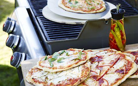 Dej: ½ l lunkent vand, 10 g gær, 10 g sukker, 1 dl olivenolie, 225 g durummel, ca. 625 g hvedemel, 10 g salt   Tomatsauce: 1-2 fed hvidløg, 1 lille løg, 300 g flåede tomater, 60 g tomatpuré, 1 dl olivenolie, tørret oregano, tørret timian, salt, peber   Fyld:  Classic: Tomatsauce, mozzarella, frisk basilikum Veggy: Squash i skiver, aubergine i skiver, tomatsauce, mozzarella Smokey: Cacciatore eller en anden italiensk pølse i skiver, rød peberfrugt i strimler, løg i ringe, tomatsauce, røget…