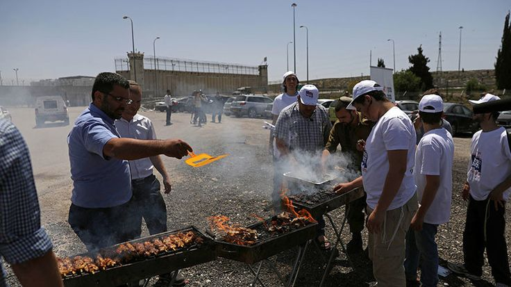 Right-wing Israelis stage BBQ outside prison to taunt Palestinian hunger strikers https://www.rt.com/news/385475-israel-prison-barbecue-palestine/