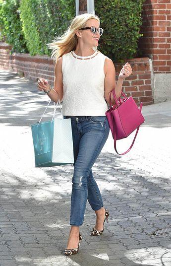 A bolsa cor-de-rosa choque completou o look básico escolhido pela atriz. Já percebeu como ela adora óculos de sol?!