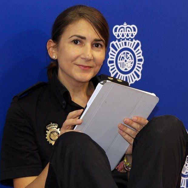 La inspectora Carolina González es la nueva community manager de la Policía Nacional. Liderará un equipo de ocho personas que gestiona los perfiles de la Policía en Twitter, Facebook, Instagram o Youtube. http://politica.elpais.com/politica/2015/09/02/actualidad/1441200924_858114.html