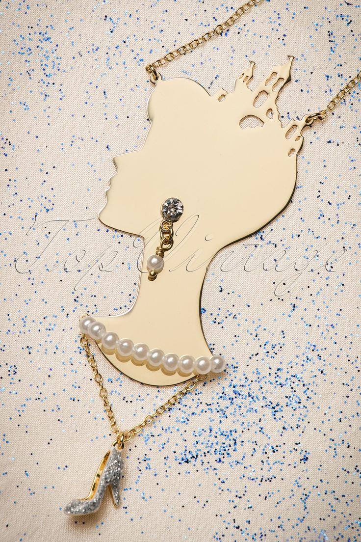 """Waan je Assepoester wanneer je deze50s Soulier De Verre Cinderella Necklacedraagt!  Niet alleen Cinderella verandert in een prinses, ook jij transformeert in een prinses zodra je dit prachtjuweel omhangt! Deze lange ketting is 14K goud verguld en heeft het hoofd van Cinderella als hanger met een schitterend strass steentje, glanzende """"faux"""" pareltjes en een """"glazen"""" muiltje voorzien van met de hand geëmailleerde hars. ''Hurry up, Cinderella, it's almost midnight!'' ;-) ..."""