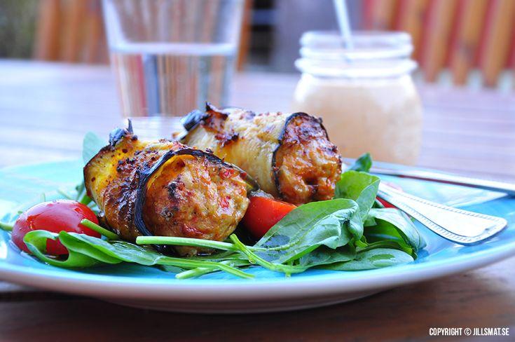 En godvardagsrättmed kycklingfärs och aubergine. Aiolin mixar du också ihop i ettnafs. Servera med en god sallad.