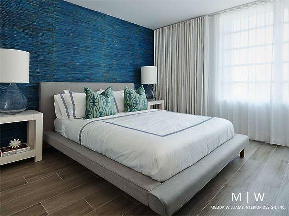 Kolekcja naturalnych oklein ściennych (tapet) Braided Walls kolor Pacific nadaje tej sypialni uroku i wyjątkowości.