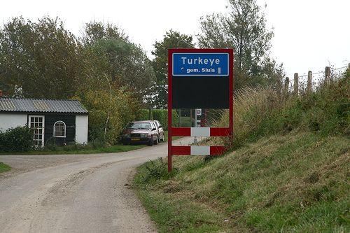 Bijzonder is dat het plaatsnaambord Van Turkeye niet alleen in West Zeeuws-Vlaanderen te vinden is, maar ook in de stad Dalaman aan de zuidwestkust van Turkije.     Het is een verwijzing naar de oude relaties tussen West Zeeuws-Vlaanderen en Nederland en Turkije.