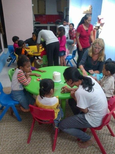 Knutselen op het Swara Swari Institute Denpasar, preschool for children with hearingimpairment.