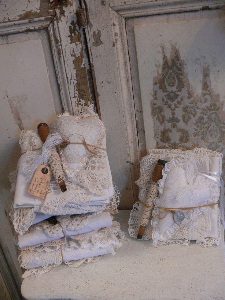 Stapelgoed. Oude kleedjes, kussensloop, klos met oud kant en een prachtig hart van oud kant.