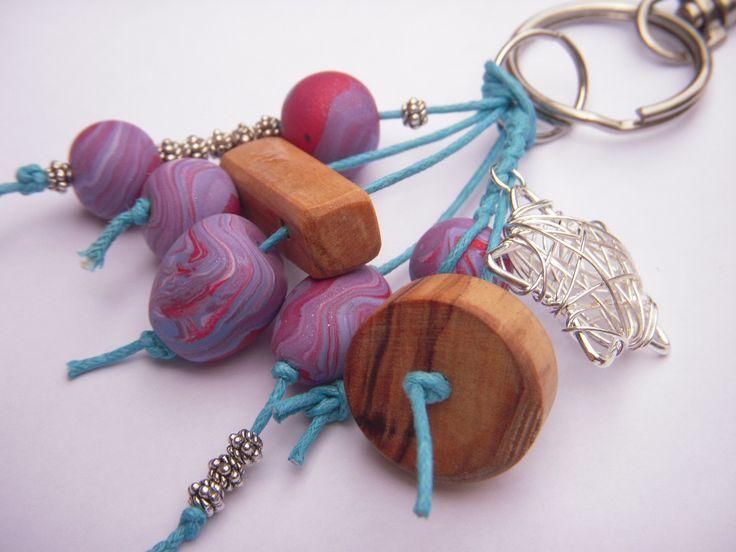 Porte clés dans les tons parme, roses, turquoise les perles sont en fimo et les autres en bois