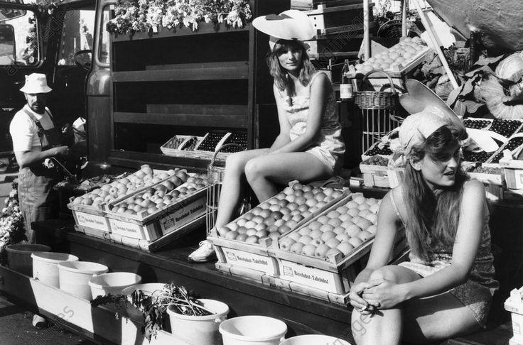 Berlin, 4. Juli 1987 / Feiern zum 750 jähr. Bestehen der Stadt in Ost-Berlin.  Festumzug durch das Stadtzentrum: Junge Mädchen auf einem Festwagen mit Obst und Gemüse.