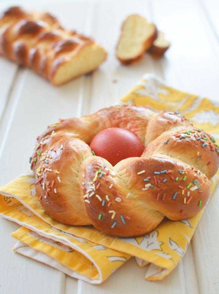Az olaszok húsvétkor színesebben szeretik, és nekem is tetszik ez a vidám design.   Ez a klasszikus kalácstészta Limara receptje. Mielőtt bármilyen kelttésztát készítenék, mindig megnézem, ő hogyan csinálja. Ő a kelt tészták guruja.   A tojást ilyenkor szeretem ételfestékkel vagy valamilyen természetes módon...