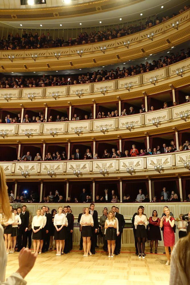 :-) debutantes waiting their turn / die Debütanten warten auf ihren Einsatz - dress rehearsal Opera Ball 2016 / Generalprobe Opernball 2016 :-)