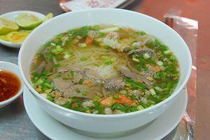 フーティウ  日本でベトナム風お好み焼き、西欧でベトナム風クレープなどと呼ばれるベトナム南部の粉物料理。ベトナム北部ではあまり食べられていないが、南部では日常的な家庭料理であるためレシピは多彩で、中に入れる具も多様である。