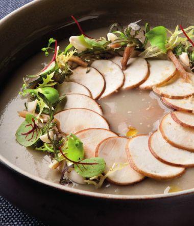 Velouté van eekhoorntjesbrood met kastanjechampignons en amandel http://njam.tv/recepten/veloute-van-eekhoorntjesbrood-met-kastanjechampignons-en-amandel