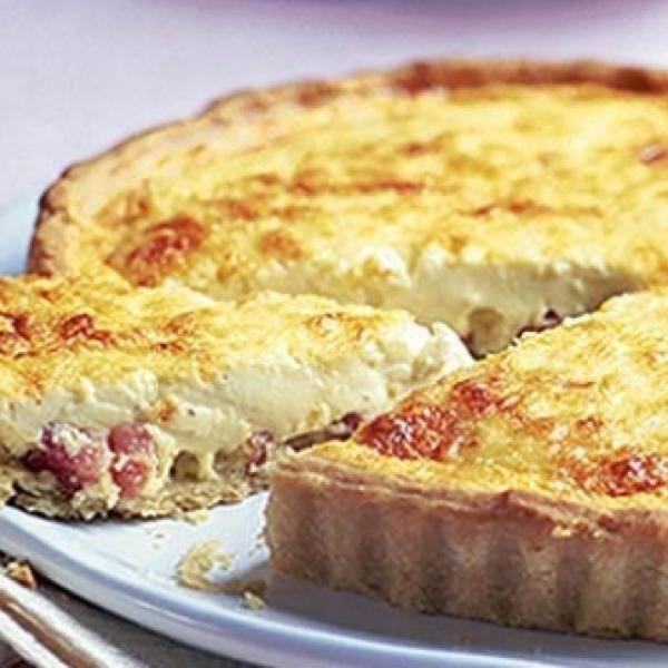 Receita de Quiche Lorraine - Massa:, 200 g de farinha de trigo, 90 g de manteiga, 1 ovo, 1 colher de sopa de água, pitada de sal, Recheio:, 1 e 1/4 de xícar...