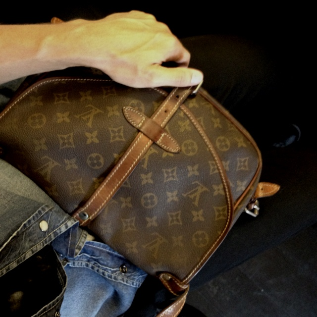 I don't really like LV monogram items, but my vintage satchel bag from '70s is merveilleux!