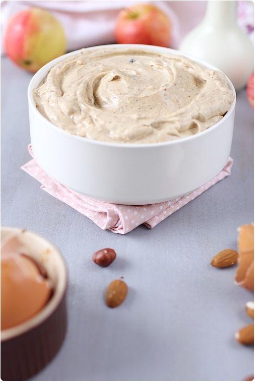Je vais très bientôt vous proposer la recette du Paris Brest, promis ! Mais pour le moment, vous allez apprendre à faire la crème qui compose ce dessert. C