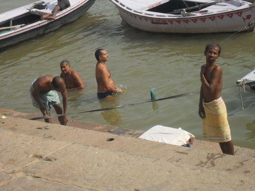 El Ganges es el río mas sagrado del hinduismo, y utilizado por los devotos para baños purificadores. La tasa de coliformes fecales es 20 millones por 100 ml, exactamente 10 mil veces más que los 2.000 / 100 ml que recomienda como límite para aguas recreacionales la Unión Europea.