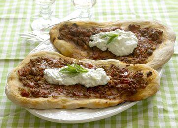 Tyrkisk pizza En lækker, sprød pizza til middag