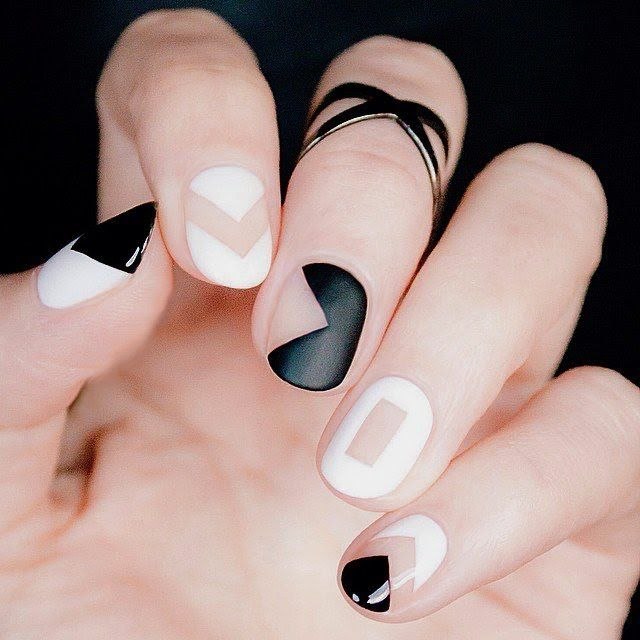 uñas decoradas con esmalte blanco y negro
